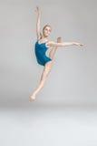 摆在跃迁的芭蕾舞女演员 免版税图库摄影