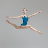 摆在跃迁的芭蕾舞女演员 库存图片