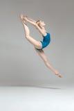 摆在跃迁的芭蕾舞女演员 免版税库存照片