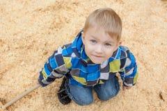 摆在逗人喜爱的小男孩看照相机,特写镜头 库存照片