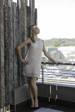 摆在都市阳台的肉欲的白肤金发的妇女 图库摄影