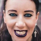 摆在都市风景的一个俏丽的goth女孩的特写镜头 免版税图库摄影