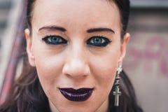 摆在都市风景的一个俏丽的goth女孩的特写镜头 库存图片