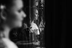 摆在镜子,性感的wom的反射附近的华美的白肤金发的新娘 库存照片