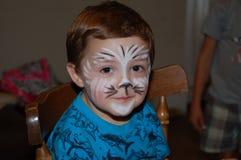 摆在面孔绘画以后的年轻男孩 库存图片