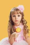 摆在颜色背景的一个演播室的小女孩 举行a 库存图片