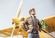 摆在飞行前的飞行员 免版税图库摄影