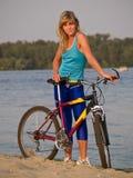 摆在骑自行车者的女性户外 库存图片