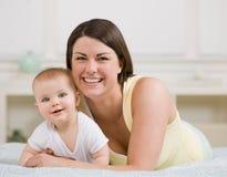 摆在婴孩接近的家庭的母亲  免版税图库摄影