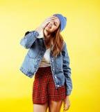 摆在玻璃情感愉快微笑的年轻人相当红色头发少年行家女孩在黄色背景,生活方式 库存图片