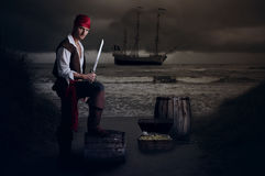 摆在他的在桶的年轻海盗脚 库存图片