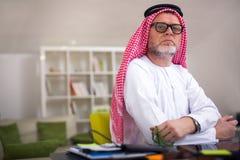摆在他的家庭办公室的阿拉伯商人 库存图片