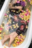 摆在浴的被刺字的女孩 图库摄影