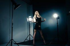 摆在轻的闪光的演播室的美丽的妇女 图库摄影