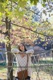 摆在绳索篱芭附近的美丽的年轻十几岁的女孩 免版税库存照片