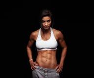 摆在黑背景的健身女性模型 免版税图库摄影