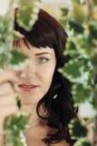 摆在绿色的一套婚礼礼服的美丽的少妇 库存照片