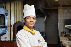 摆在年轻人的亚裔主厨 免版税库存照片