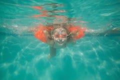 摆在水面下在水池的逗人喜爱的孩子 免版税图库摄影