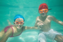 摆在水面下在水池的逗人喜爱的孩子 免版税库存照片