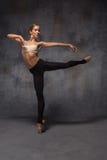 摆在a的年轻美丽的现代样式舞蹈家 库存照片