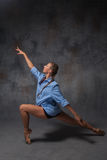 摆在a的年轻美丽的现代样式舞蹈家 免版税库存照片