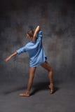 摆在a的年轻美丽的现代样式舞蹈家 免版税库存图片