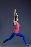摆在asana的俏丽的瑜伽辅导员的图象 图库摄影