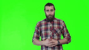 摆在chromakey背景的年轻人 股票视频