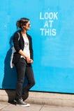 摆在Lo旁边的行家式样佩带的太阳镜 免版税图库摄影