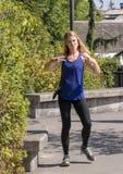 摆在Snoqualmie公园的45岁的运动妇女,在西雅图东部 免版税库存图片