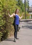 摆在Snoqualmie公园的45岁的运动妇女,在西雅图东部 库存照片