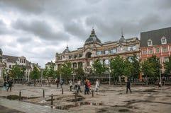 摆正与人和老大厦在雨天在安特卫普 库存照片