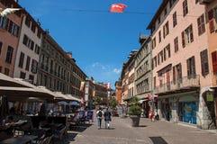 摆正与大厦、餐馆和人在Chambéry 免版税图库摄影