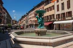 摆正与大厦,餐馆和喷泉,在Chambéry 免版税库存图片