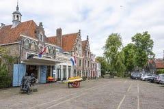 摆正与它的传统乳酪在伊顿干酪村庄  荷兰 免版税库存图片