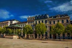 摆正与眺望台、古老大厦和晴朗的蓝天在跟特的市中心 图库摄影