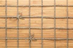 摆正在木背景的被排行的绳索样式 自然题材的纹理 库存照片
