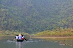 摆渡者采取游人参观Trang生态旅游复合体,复杂秀丽-作为一室外geologi叫的风景 库存图片