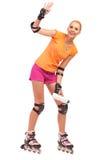 摇手的直排轮式溜冰鞋的妇女。 免版税库存照片