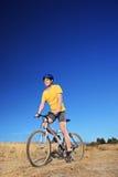 摇摄乘坐自行车的射击了自行车车手户外 库存照片
