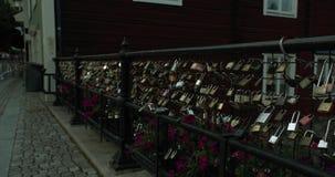 摇摄射击了在篱芭的爱锁在中央VästerÃ¥s 股票视频