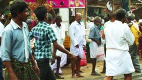 摇摄射击了-印度寺庙外部,与节日汽车印度人群, 股票视频