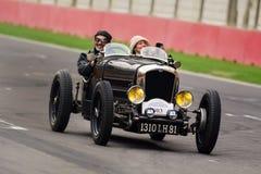 摇摄射击了Bugatti葡萄酒减速火箭的跑车 免版税库存图片