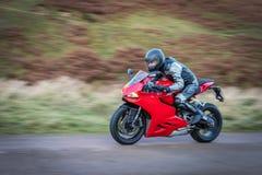 摇摄摩托车以速度 免版税库存图片