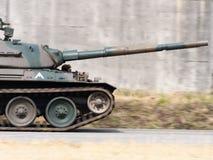 摇摄被射击移动的坦克 库存照片