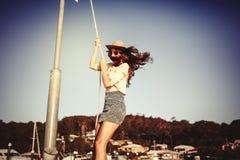 摇摆与在休闲口岸的一条绳索的美丽的女孩 秀丽蓝色聪慧的概念表面方式构成妇女 图库摄影