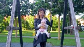 摇摆与她的女儿的母亲 股票录像