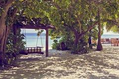 摇摆与美丽的太阳海沙和天空在马尔代夫,豪华tro 免版税库存图片