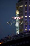 摇摆乘驾转盘在伦敦在晚上 图库摄影
